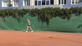 Orenburg, Russland - 15. August 2017 Jahr: Mädchen, das Tennis spielt stock video