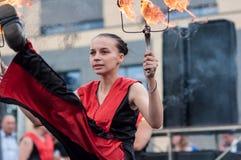 Orenburg, Russland - 25 07 2014: Jonglierende brennende Fackeln Lizenzfreie Stockfotos