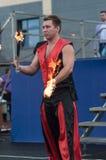 Orenburg, Russland - 25 07 2014: Jonglierende brennende Fackeln Stockfoto