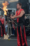 Orenburg, Russland - 25 07 2014: Jonglierende brennende Fackeln Lizenzfreie Stockfotografie