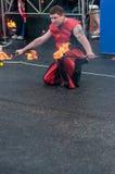 Orenburg, Russland - 25 07 2014: Jonglierende brennende Fackeln Lizenzfreies Stockfoto