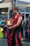 Orenburg, Russland - 25 07 2014: Jonglierende brennende Fackeln Stockfotos
