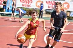 Orenburg, Russland - 30. Juli 2017 Jahr: Mädchen- und Jungenspiel Straßen-Basketball Lizenzfreies Stockfoto