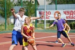 Orenburg, Russland - 30. Juli 2017 Jahr: Mädchen- und Jungenspiel Straßen-Basketball Lizenzfreie Stockbilder