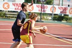 Orenburg, Russland - 30. Juli 2017 Jahr: Mädchen- und Jungenspiel Straßen-Basketball Lizenzfreie Stockfotografie