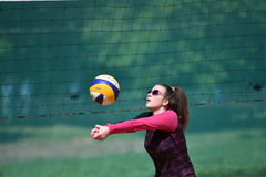 Orenburg, Russland, 9.-10. Juni 2017-Jahr: Mädchen, das Strandvolleyball auf Stadtturnier Strand-Volleyball ï ¿ ½ goldenem Sandsï Lizenzfreie Stockfotografie