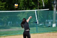 Orenburg, Russland, 9.-10. Juni 2017-Jahr: Mädchen, das Strandvolleyball auf Stadtturnier Strand-Volleyball ï ¿ ½ goldenem Sandsï Lizenzfreies Stockfoto