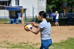 Orenburg, Russland, 9.-10. Juni 2017-Jahr: Mädchen, das Strandvolleyball auf Stadtturnier Strand-Volleyball ï ¿ ½ goldenem Sandsï Stockbilder