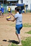 Orenburg, Russland, 9.-10. Juni 2017-Jahr: Mädchen, das Strandvolleyball auf Stadtturnier Strand-Volleyball ï ¿ ½ goldenem Sandsï Stockfotografie