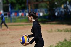 Orenburg, Russland, 9.-10. Juni 2017-Jahr: Mädchen, das Strandvolleyball auf Stadtturnier Strand-Volleyball ï ¿ ½ goldenem Sandsï Lizenzfreie Stockfotos