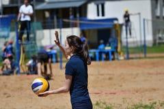 Orenburg, Russland, 9.-10. Juni 2017-Jahr: Mädchen, das Strandvolleyball auf Stadtturnier Strand-Volleyball ï ¿ ½ goldenem Sandsï Stockbild