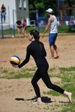Orenburg, Russland, 9.-10. Juni 2017-Jahr: Mädchen, das Strandvolleyball auf Stadtturnier Strand-Volleyball ï ¿ ½ goldenem Sandsï Stockfotos