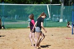 Orenburg, Russland, 9.-10. Juni 2017-Jahr: Mädchen, das Strandvolleyball auf Stadtturnier Strand-Volleyball ï ¿ ½ goldenem Sandsï Stockfoto