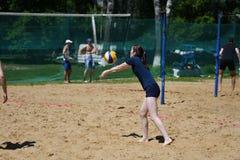 Orenburg, Russland, 9.-10. Juni 2017-Jahr: Mädchen, das Strandvolleyball auf Stadtturnier Strand-Volleyball ï ¿ ½ goldenem Sandsï Lizenzfreie Stockbilder