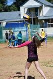 Orenburg, Russland, 9.-10. Juni 2017-Jahr: Mädchen, das Strandvolleyball auf Stadtturnier Strand-Volleyball ï ¿ ½ goldenem Sandsï Lizenzfreies Stockbild