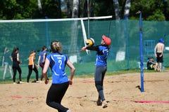 Orenburg, Russland, 9.-10. Juni 2017-Jahr: Mädchen, das Strandvolleyball spielt Stockbild