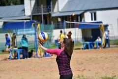 Orenburg, Russland, 9.-10. Juni 2017-Jahr: Mädchen, das Strandvolleyball spielt Lizenzfreie Stockfotos