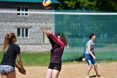 Orenburg, Russland, 9.-10. Juni 2017-Jahr: Mädchen, das Strandvolleyball spielt Lizenzfreie Stockbilder