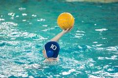Orenburg, Russland - 6. Mai 2015: Das Jungenspiel im Wasserball Lizenzfreie Stockbilder