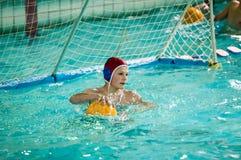 Orenburg, Russland - 6. Mai 2015: Das Jungenspiel im Wasserball Lizenzfreies Stockfoto
