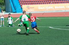 Orenburg, Russland - 31. Mai 2015: Der Jungenspielfußball Lizenzfreies Stockbild
