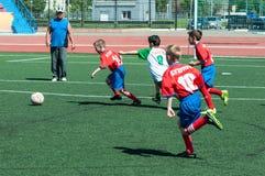 Orenburg, Russland - 31. Mai 2015: Der Jungenspielfußball Stockfotografie