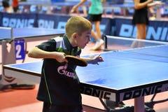 Orenburg, Russland - 15. September 2017 Jahr: Jungen, die Klingeln pong spielen Lizenzfreies Stockbild