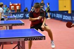 Orenburg, Russland - 15. September 2017 Jahr: Jungen, die Klingeln pong spielen Stockfotos