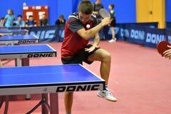 Orenburg, Russland - 15. September 2017 Jahr: Jungen, die Klingeln pong spielen Stockfoto