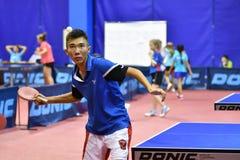 Orenburg, Russland - 15. September 2017 Jahr: Jungen, die Klingeln pong spielen Stockfotografie