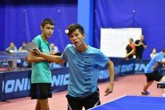 Orenburg, Russland - 15. September 2017 Jahr: Jungen, die Klingeln pong spielen Lizenzfreie Stockfotografie