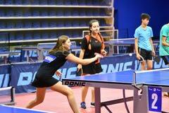 Orenburg, Russland - 15. September 2017 Jahr: Mädchen, das Klingeln pong spielt Lizenzfreies Stockbild
