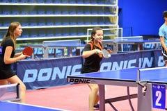 Orenburg, Russland - 15. September 2017 Jahr: Mädchen, das Klingeln pong spielt Lizenzfreie Stockfotos