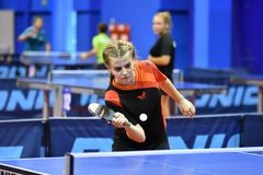 Orenburg, Russland - 15. September 2017 Jahr: Mädchen, das Klingeln pong spielt Lizenzfreie Stockbilder