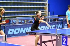 Orenburg, Russland - 15. September 2017 Jahr: Mädchen, das Klingeln pong spielt Stockfoto