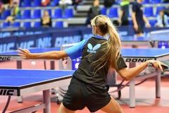 Orenburg, Russland - 15. September 2017 Jahr: Mädchen, das Klingeln pong spielt Lizenzfreies Stockfoto