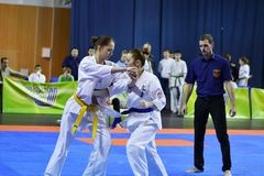 Orenburg Ryssland - år för mars 5, 2017: Flickor konkurrerar i karate Royaltyfria Bilder