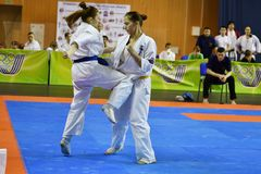 Orenburg Ryssland - år för mars 5, 2017: Flickor konkurrerar i karate Royaltyfri Bild