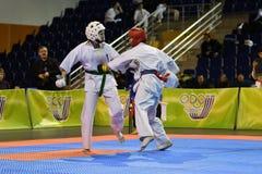 Orenburg Ryssland - år för mars 5, 2017: Flickor konkurrerar i karate Royaltyfria Foton