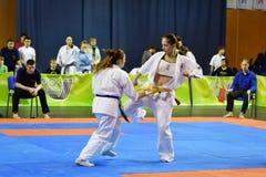 Orenburg Ryssland - år för mars 5, 2017: Flickor konkurrerar i karate Arkivfoton