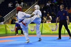 Orenburg Ryssland - år för mars 5, 2017: Flickor konkurrerar i karate Royaltyfri Foto