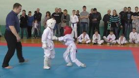 Orenburg Ryssland - April 7, 2019 år: Pojkar konkurrerar i karate arkivfilmer