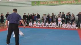 Orenburg Ryssland - April 7, 2019 år: Pojkar konkurrerar i karate stock video