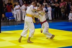 Orenburg Ryssland - 16 April 2016: Pojkar konkurrerar i judon Royaltyfri Foto