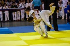 Orenburg Ryssland - 16 April 2016: Pojkar konkurrerar i judon Royaltyfri Fotografi