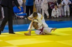 Orenburg Ryssland - 16 April 2016: Pojkar konkurrerar i judon Royaltyfri Bild