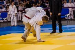 Orenburg Ryssland - 16 April 2016: Pojkar konkurrerar i judon Royaltyfria Bilder