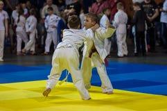 Orenburg Ryssland - 16 April 2016: Pojkar konkurrerar i judon Arkivfoton
