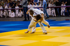 Orenburg Ryssland - 16 April 2016: Pojkar konkurrerar i judon Arkivbilder