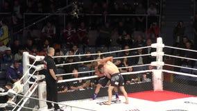 Orenburg, Ryssland - 30 augusti 2019: Män tävlar om MMA - M - 1 utmaning 104 arkivfilmer